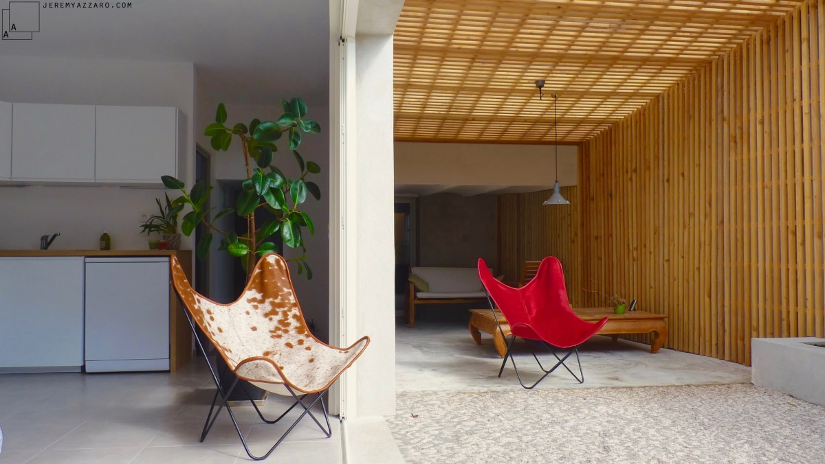 renovation-loft-terrasse-marseille-pergola-contemporaine-claire-voie-fauteui-aa-jeremy-azzaro-architecte