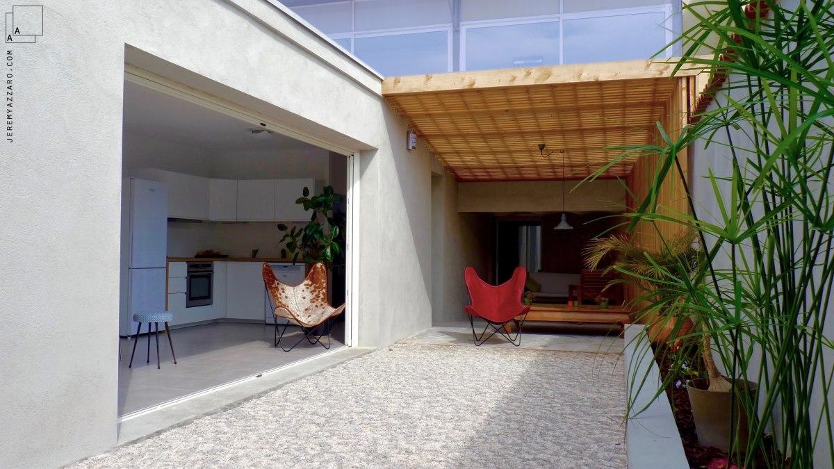 renovation-loft-terrasse-marseille-pergola-contemporaine-claire-voie-fauteuil-aa-jeremy-azzaro-architecte